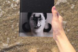 Marina Abramovič – Eiti kiaurai sienas